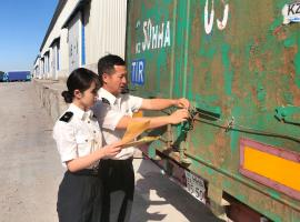 Chinese customs attaching seal to TIR truck