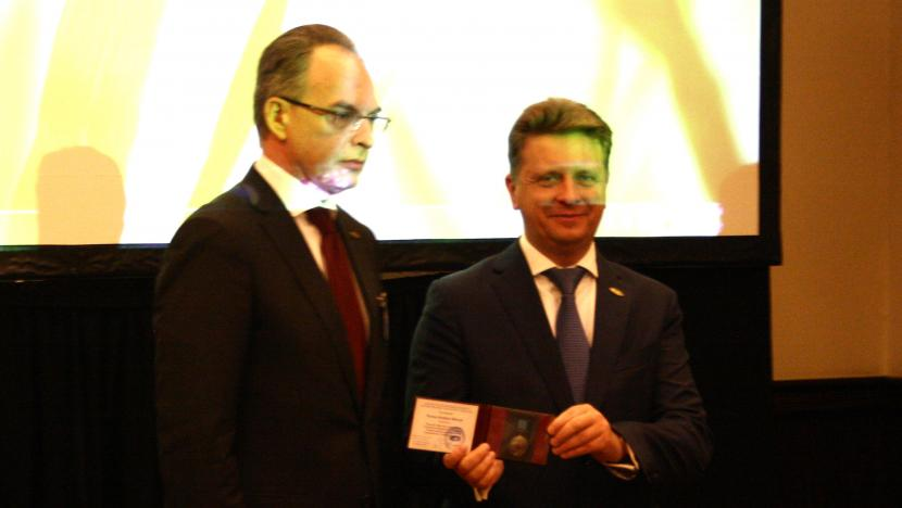 Dmitry Cheltsov receives award from Transport Minister Maksim Sokolov