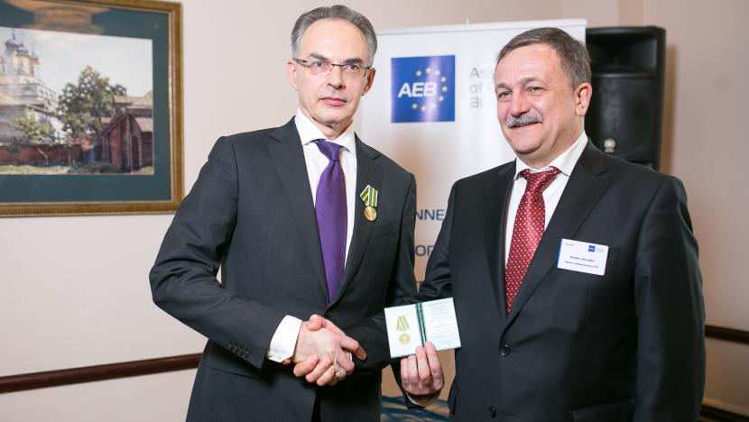 First Deputy Head of the Federal Customs Service of Russia, Ruslan Davydov, presents award to Dmitry Cheltsov